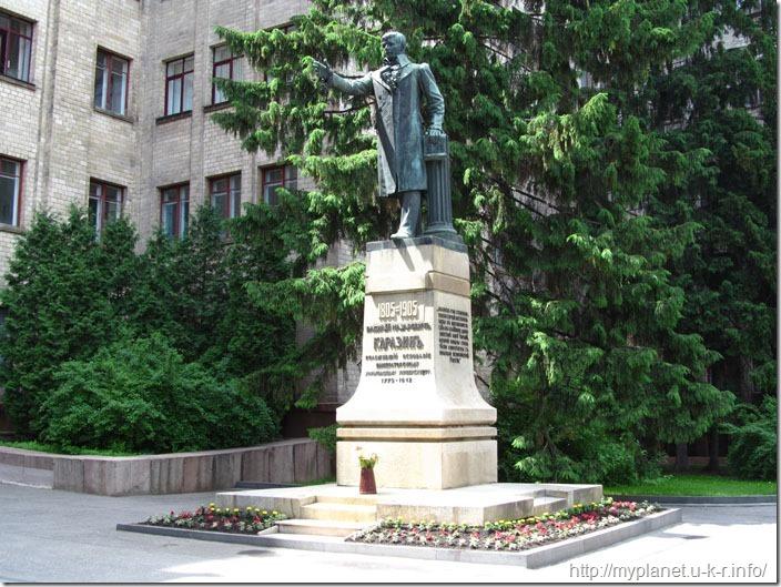 А ось і сам Каразін відображений в скульптурі