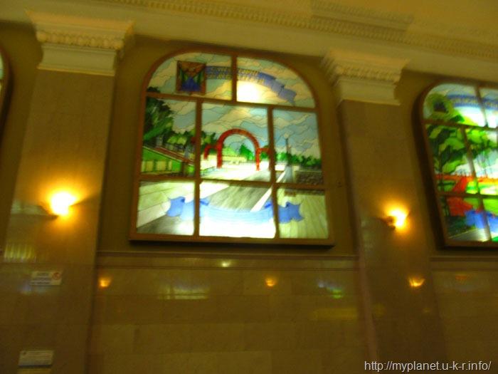 Фото витражного окна на вокзале (в плохом качестве)