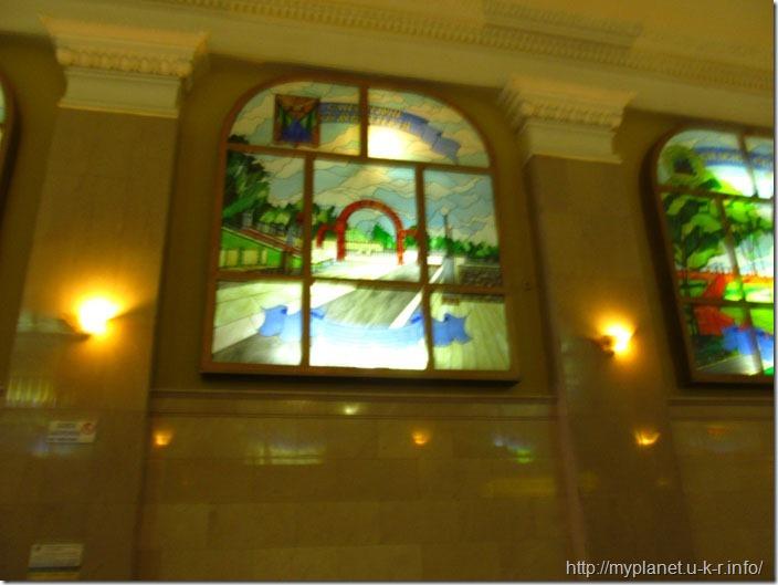 Фото витражного окна на вокзале в плохом качестве