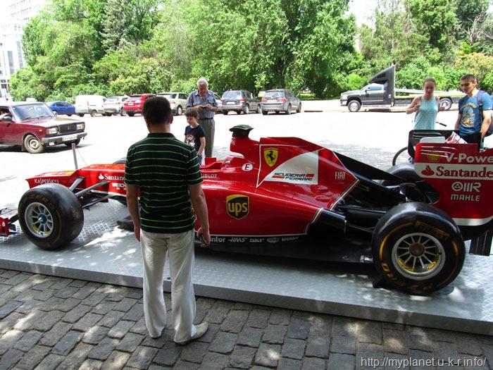 Красивая гоночная машина на площади Свободы в Харькове