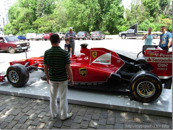 Красивий перегоновий автомобіль на площі Свободи