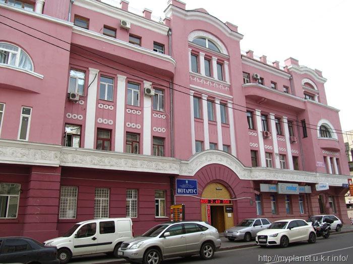 Красивый розовый домик