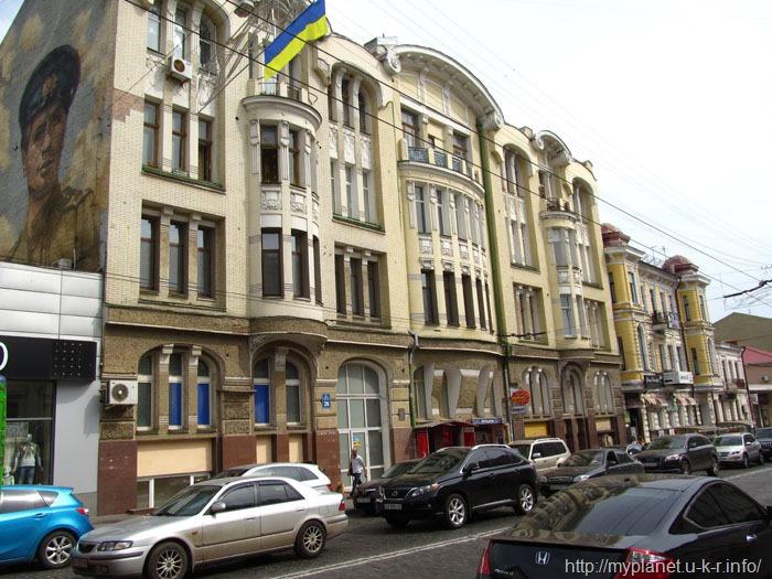Фасад здания с советским граффити
