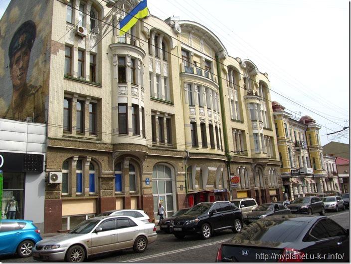 Фасад будівлі з радянським граффіті