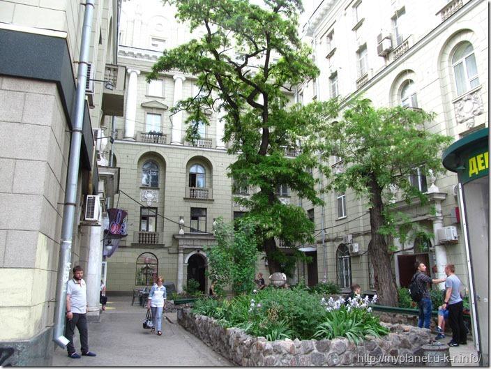 Затишний двір багатоповерхівки в центрі Харкова