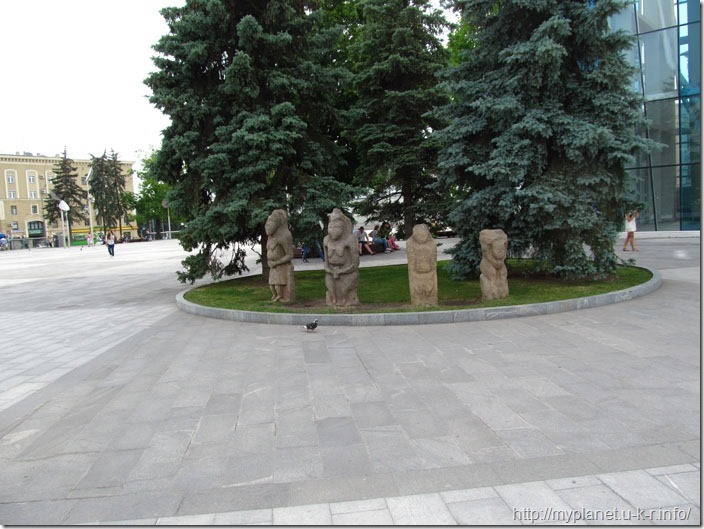 Какие то языческие идолы в центре Харькова