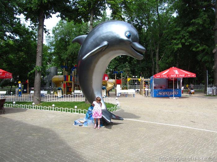 Фигурка дельфина возле дельфинария в Харькове