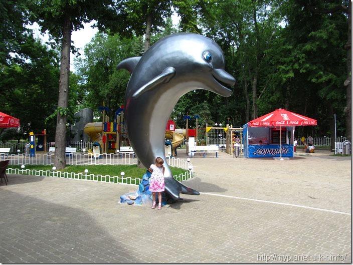 Фігурка дельфіна біля дельфінарію в Харкові