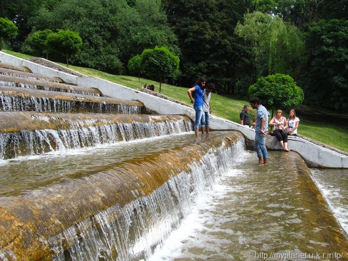 Один из видов летнего отдыха побродить в фонтане