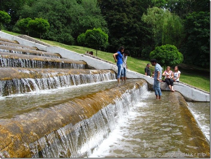 Один з видів літнього відпочинку в Харкові - побродити по фонтану