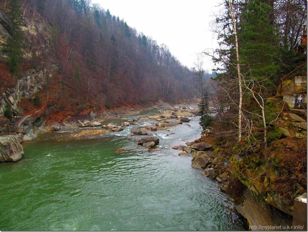 Кам'яні скелі та валуни на гірській річці Прут