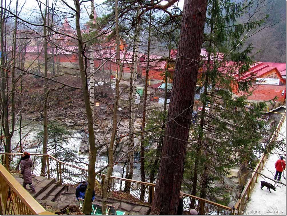 Лестница ведущая к водопаду Пробий