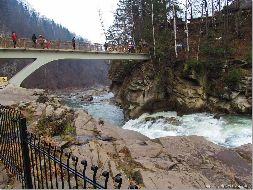 Туристы на мосту над водопадом Пробий