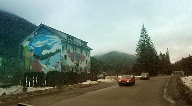 Домик с муралом на тему лыжного отдыха где-то между Яремче и Буковелем