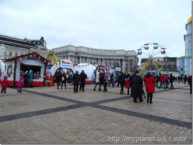 Дитячий мініпарк розваг біля Михайлівського Золотоверхого монастиря