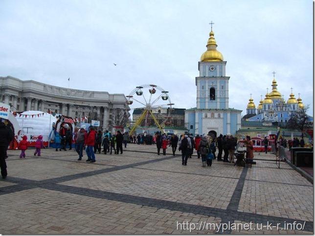 Михайловский Златоверхий монастырь и толпы отдыхающих людей на нг2018