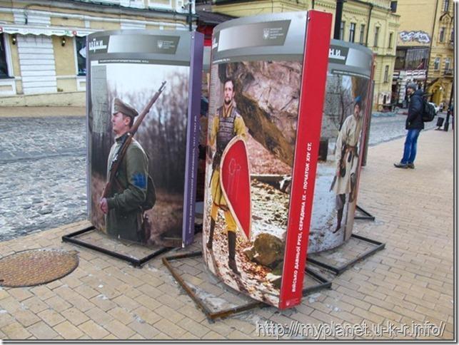 Инсталляция про украинских воинов на Андреевском спуске