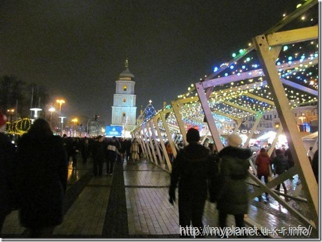 Люди курсируют между Михайловской и Софиевской площадями в ожидании нового года