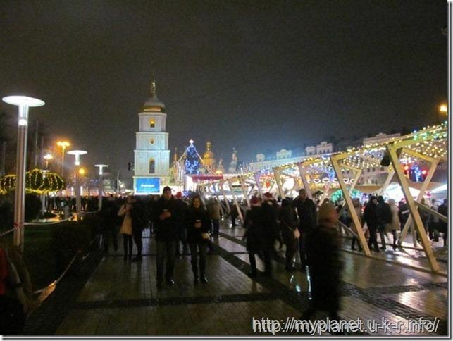 Праздничное украшение огнями Софиевской площади ночью