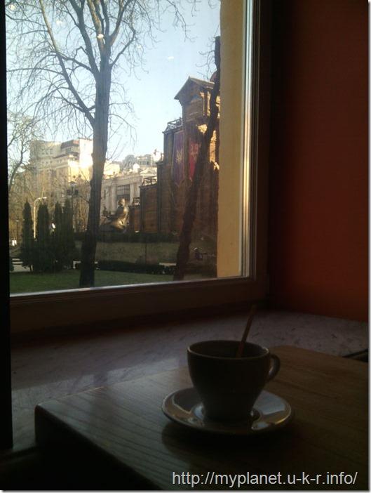 Кава в Києві і вид на Золоті ворота з вікна