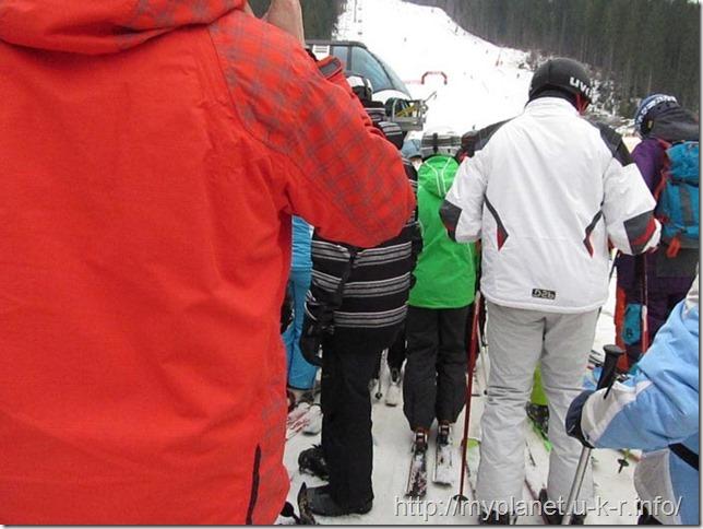 Очередь лыжников и сноубордистов на подъемник в Буковели