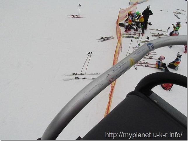 Пролетаю над головами лыжников