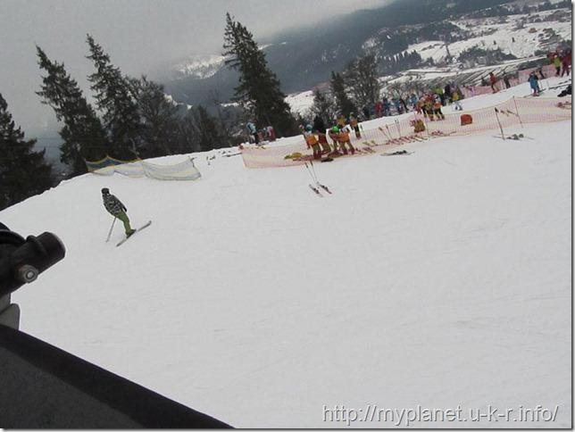 Привалы лыжников вдоль склона горы