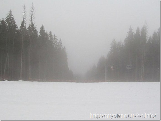 Вершина гори Чорна Клева серед хмар, схожих на туман