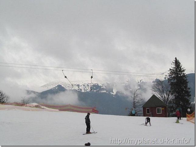 Облака спустились низко над крышами домов, деревьями и людьми на склоне горы Черная Клева