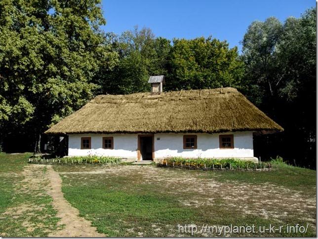 Великий український будинок в народному стилі