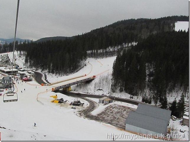 Почти у финиша - эстакада для лыжников над шоссе в Буковели