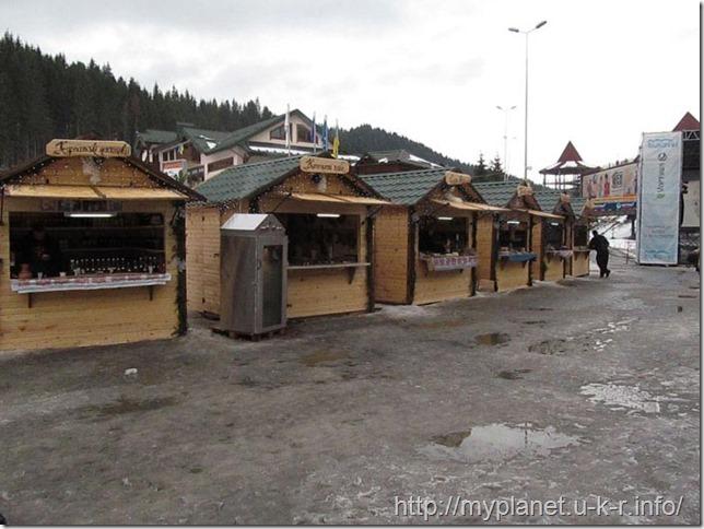 Городк деревянных домиков с разнообразными вкусняшками