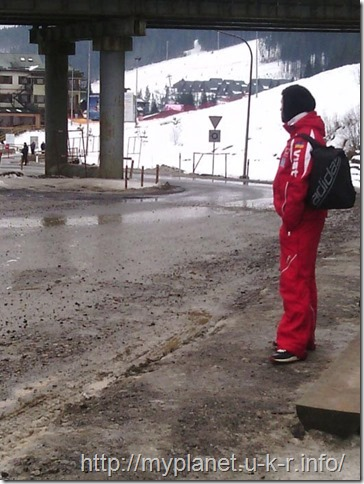 Лыжный инструктор ждет автобус в свой населенный пункт после работы