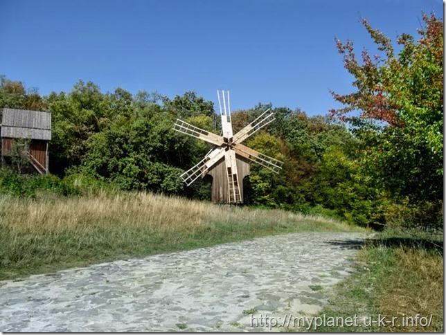 Вітряний млин на тлі лісу в Пирогові
