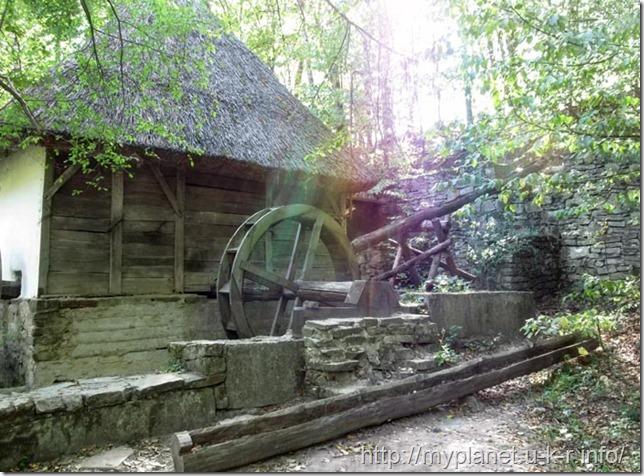 Украинской народный дом с деревянным колесом в стене в Пирогово