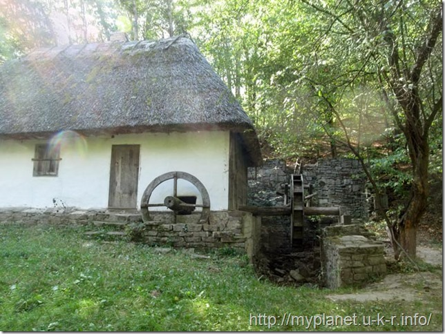 Старовинний водяний млин на території Буковини в музеї Пирогова