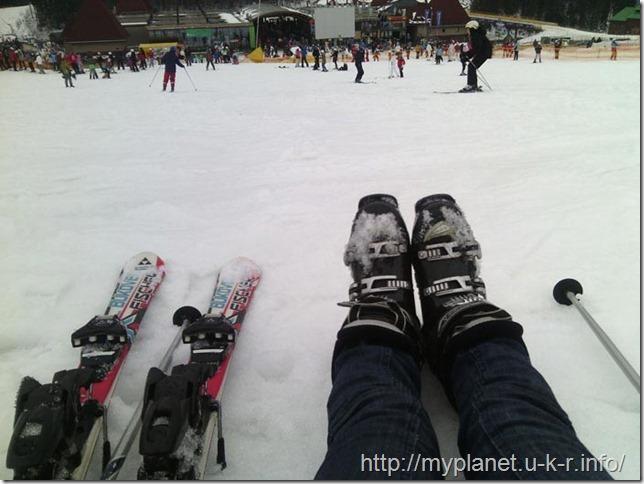 Устала учиться кататься на лыжах - села отдохнуть