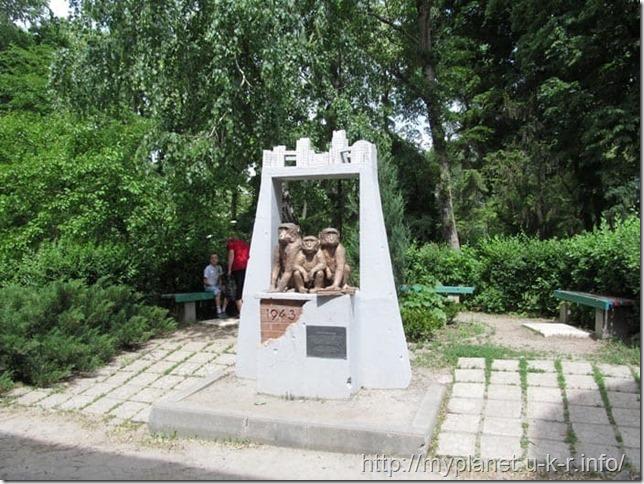 Единственное место, где мавп можно нормально рассмотреть - тиматическая скульптура в зоопарке