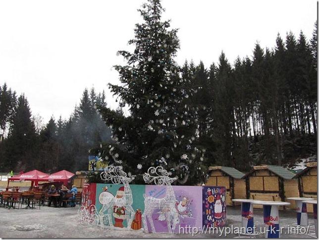 Красивая рождественская елка на площади в Буковели