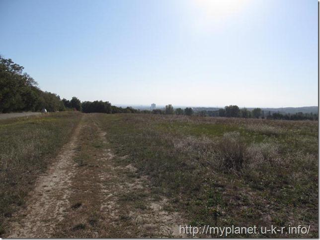 Пустынная полевая дорога до музея в Пирогово