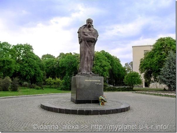 Скульптура Тараса Шевченко на Народной площади