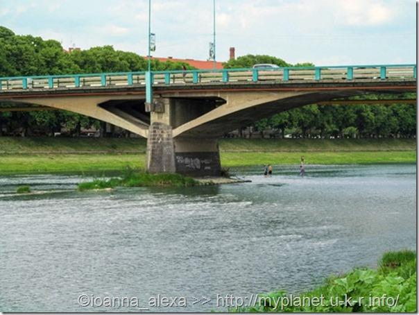 Мост Томаша Масарика в Ужгороде и люди переходят реку под ним