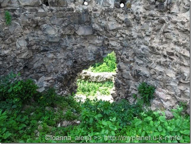 Отверстие в стене бывшей Хустской крепости