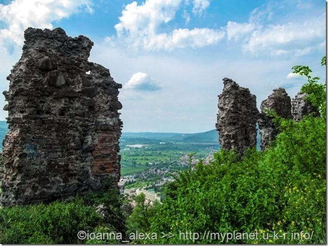 Руины стен Хустского замка на фоне изумительного пейзажа Карпат