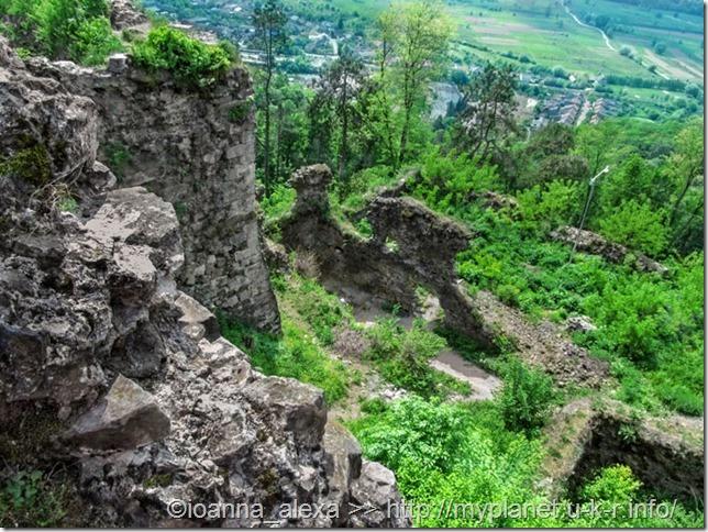 Вид на руины Хустской крепости с высоты