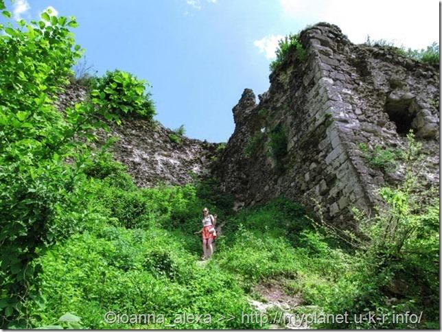 Я спускаюсь по крутой тропинке от руин Верхнего замка в Хусте