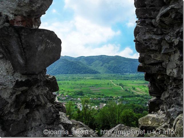 Из бывших окон-бойниц крепости открывается живописный горный пейзаж