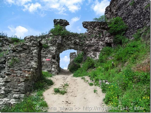Вход в Хустский замок - когда-то здесь были ворота