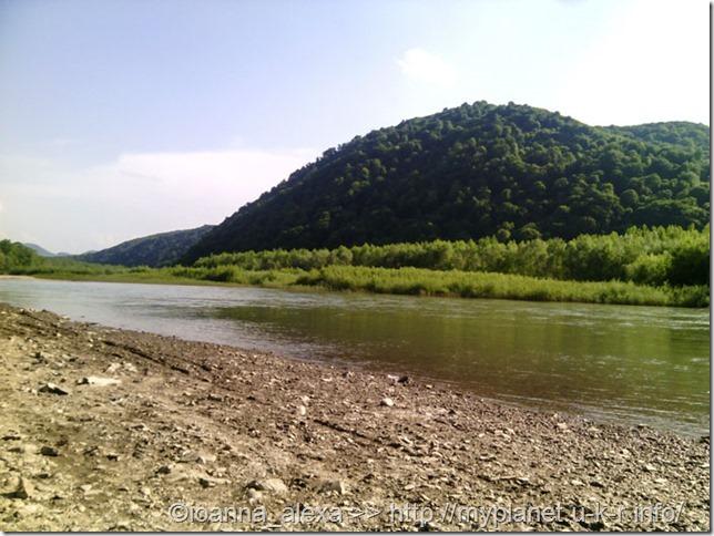 Пляж на реке Тиса в окрестностях Хуста и горные пейзажи Карпат