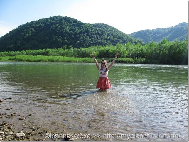 Я бултыхаюсь в воде горной реки посреди Карпат